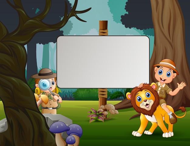 Der tierpflegerjunge und der löwe im dschungel