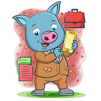 Der verkäufer blaues schwein hält das smartphone für das geschäft