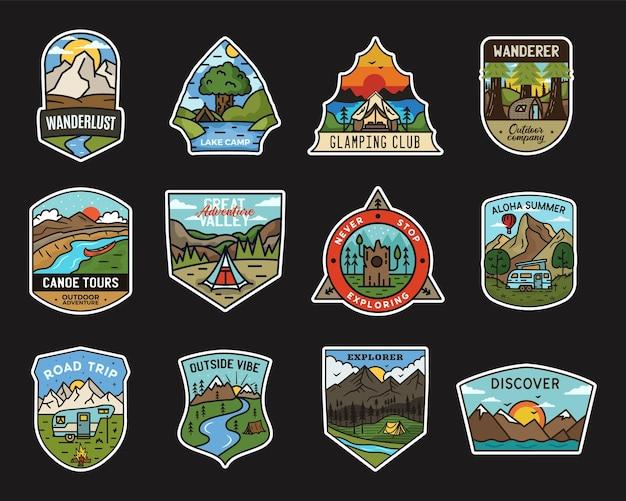 Design-paket für camping-abenteuer-aufkleber. reisen sie handgezeichnete embleme. berg im freien beschriftet sammlung. aktien-explorer-abzeichen gesetzt.