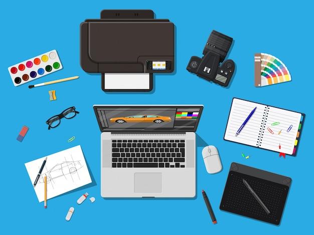 Designer arbeitsplatz. illustrator desktop mit werkzeugen