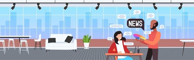 Designer-paar, das während des treffens plaudert, das tägliche nachrichten-chat-blase-kommunikationskonzeptkunststudio-innenhorizontalporträtillustration bespricht