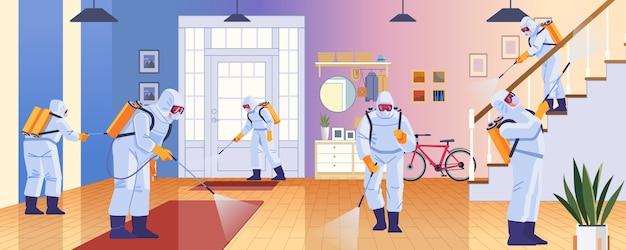 Desinfektion zu hause durch reinigungsservice. prävention zur kontrolle der epidemie von coronavirus covid-2019. arbeiter im chemikalienschutz desinfizieren das haus. karikaturartillustrationsentwurf