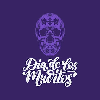 Dia de los muertos übersetzt aus dem handgeschriebenen satz zum spanischen tag der toten. vektorillustration des schädels auf kalligraphischem hintergrund. designkonzept für partyeinladung, grußkarte.