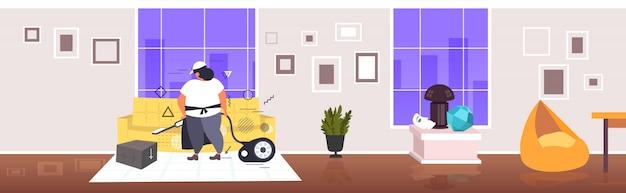 Dicke frau mit staubsaugerin hausmeisterin in uniform staubsauger sofa hausarbeit reinigung service-konzept moderne wohnzimmer innen horizontale in voller länge skizze