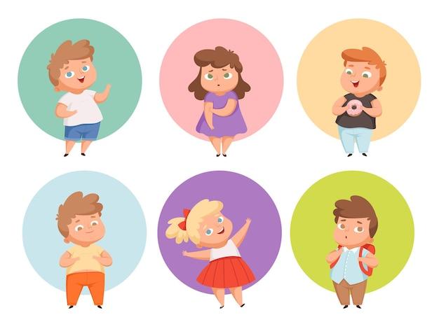 Dicke kinder. übergroße kinderkleidung, die fastfood und junk-snacks isst, mollige charaktere mit übergewicht