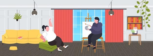 Dicker mann, der porträt des fettleibigen mädchenmodells malt, das auf stuhl sitzt und künstlerzeichnung auf leinwand an der staffelei des modernen wohnzimmerinnenraums des staffelei-kreativen kunsthobby-fettleibigkeitskonzepts aufwirft