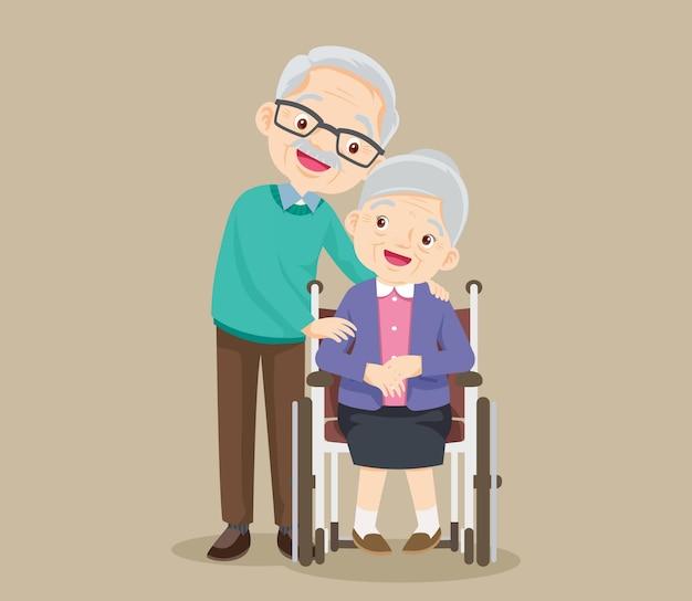 Die ältere frau sitzt im rollstuhl und der alte mann legt zärtlich die hände auf ihre schultern. paar ältere menschen.