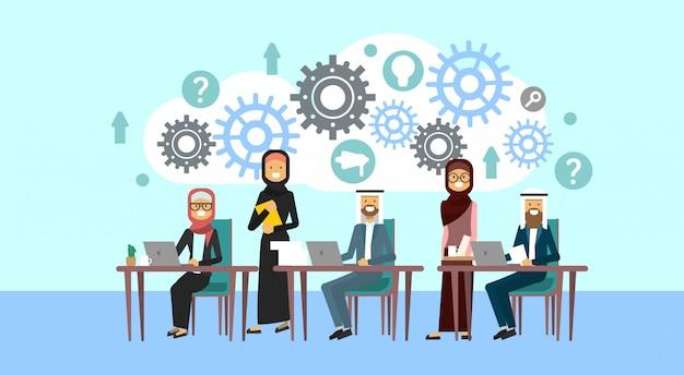 Die arabischen geschäftsleute gruppensitzung sitzen zusammen am schreibtisch, die moslemischen wirtschaftler, die brainstormingtechnologie-prozesskonzept ausbilden