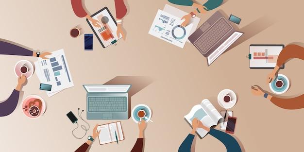 Die arbeitsfläche eines schreibtisches bei der morgendlichen besprechung. draufsicht illustration