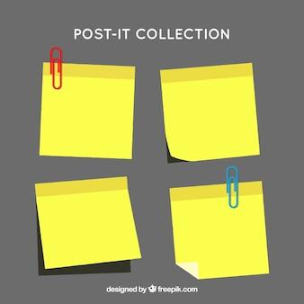 Die auswahl der post-it-zetteln mit büroklammern