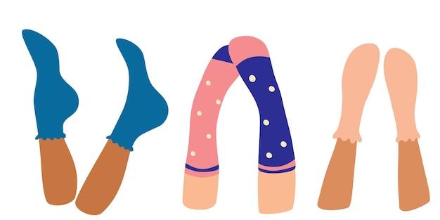 Die beine der frau in kuscheligen socken werden nach oben gehoben. schöne weibliche beine flache vektorgrafik.