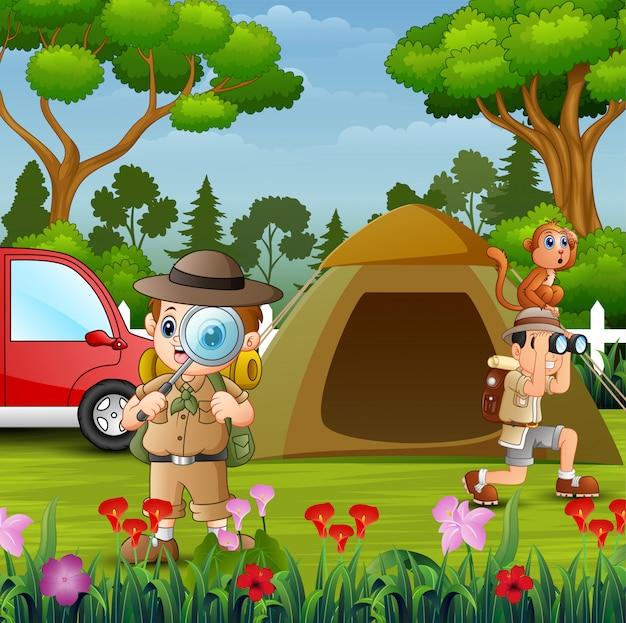 Die forscherjungen, die im park kampieren
