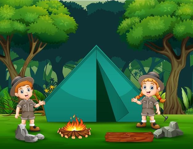 Die forscherjungen und -mädchen, die in der waldillustration campen