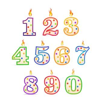 Die geburtstagskerzen in den verschiedenen nummern bilden sich mit feuer auf weiß