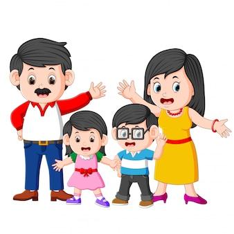 Die glückliche familie posiert mit dem guten ausdruck