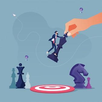 Die hand hält das schach und legt es in die mitte des ziels