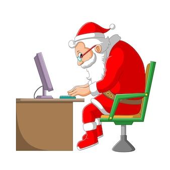 Die illustration der weihnachtsmannklausel, die auf dem stuhl vor dem laptop wegen der arbeit von zu hause aus arbeitet