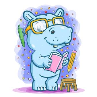 Die illustration des blauen studenten nilpferds, das das buch um das stationäre hält