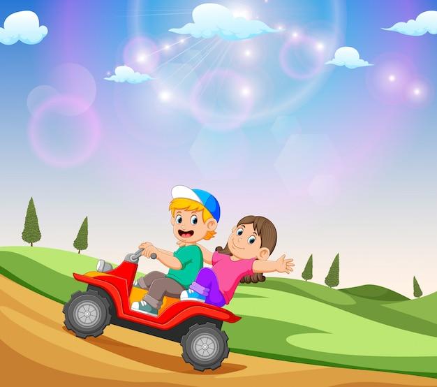 Die kinder fahren mit dem geländefahrzeug mit der schönen aussicht