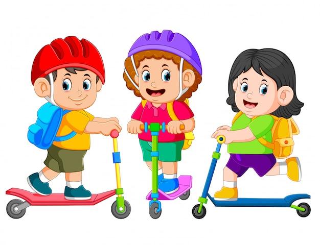 Die kinder gehen zusammen mit dem tretroller zur schule