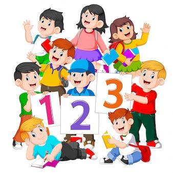 Die kinder halten das buch und die nummerntafel