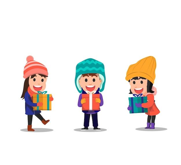 Die kinder halten im winter ihre individuellen geschenkboxen in der hand