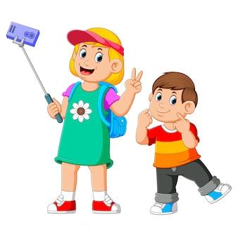 Die kinder posieren und machen zusammen ein selfie Premium Vektoren
