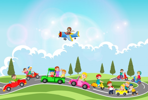 Die kinder spielen mit dem auto und einem anderen transportmittel am schönen tag
