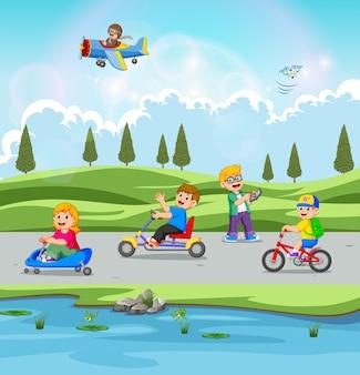 Die kinder spielen und fahren fahrrad mit der schönen aussicht