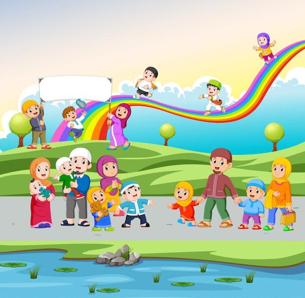 Die kinder spielen und laufen auf der straße in der nähe des gartens