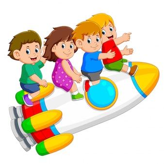 Die kinder spielen und steigen in die bunte rakete