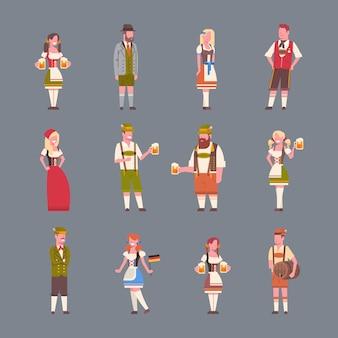 Die leute, die deutsche traditionelle kleidung tragen, stellten vom mann und von frau ein, die bierkrüge oktoberfest-parteikonzept halten