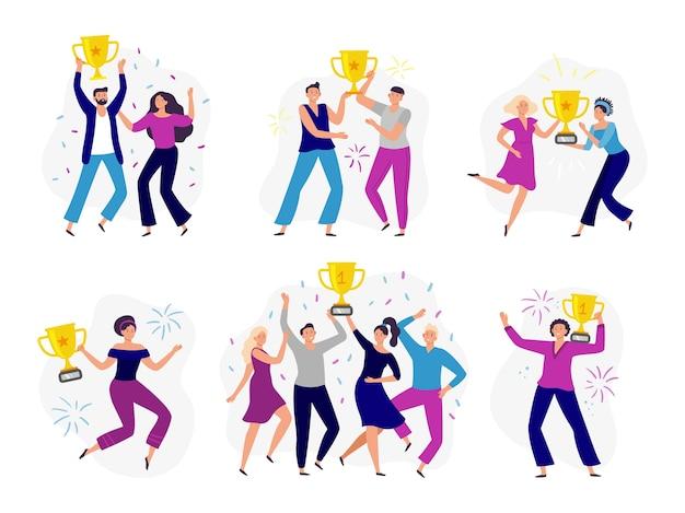 Die leute gewinnen den pokal. paar gewinner, mann und frau halten goldpokal. erfolg business tram gewinnen preis und feiern den sieg