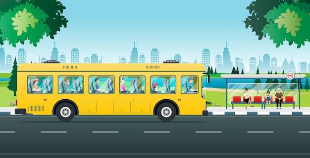 Die leute sitzen und warten darauf, die busverbindung zu nutzen