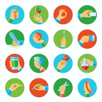 Die menschlichen hände, die flache ikonen der verschiedenen gegenstände halten, stellten lokalisierte vektorillustration ein