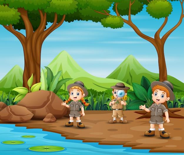 Die pfadfinderkinder erkunden den wald