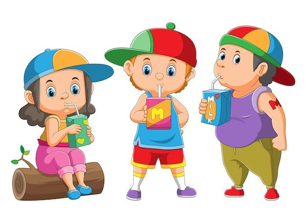 Die sammlung der kinder trinkt und hält die getränkebox der abbildung