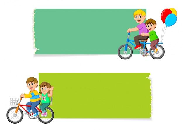 Die sammlung des leeren brettes mit den kindern, die fahrrad fahren