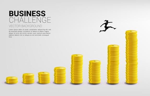 Die silhouette der geschäftsfrau springt zur höheren spalte des geldgraphen. konzept von risiko, erfolg und wachstum im geschäft