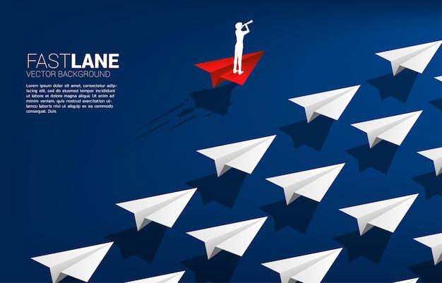 Die silhouette des geschäftsmannes, der durch das teleskop schaut, das auf einem roten origami-papierflugzeug steht, bewegt sich schneller als eine gruppe von weiß. geschäftskonzept der überholspur für umzug und marketing