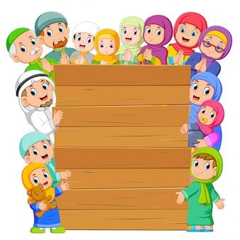 Die tafel mit der muslimischen familie um sie herum