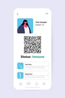 Digitaler immunitätspass einer geimpften person auf dem smartphone-bildschirm risikofreies covid-19-pandemie-pcr-zertifikat coronavirus-immunitätskonzept vertikale kopienraum-vektorillustration