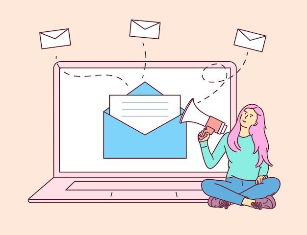 Digitales marketing, e-mail-kampagnenkonzept. mädchen der jungen frau am laptop, das sprechen mit einem megaphon hält.