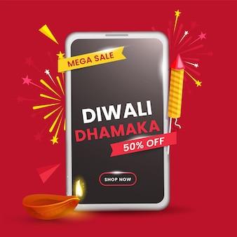 Diwali dhamaka mega sale poster mit 50% rabattangebot, feuerwerksrakete, beleuchteter öllampe und smartphone auf rotem hintergrund.