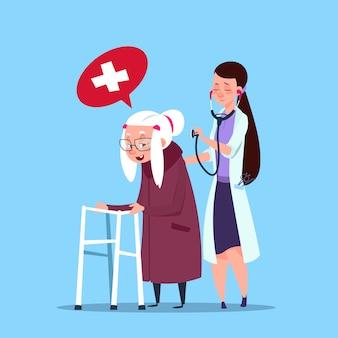 Doktor, der ältere frau, großmutter mit krankenschwester sich kümmert