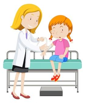 Doktor, der jungem mädchen mit dem gebrochenen arm hilft