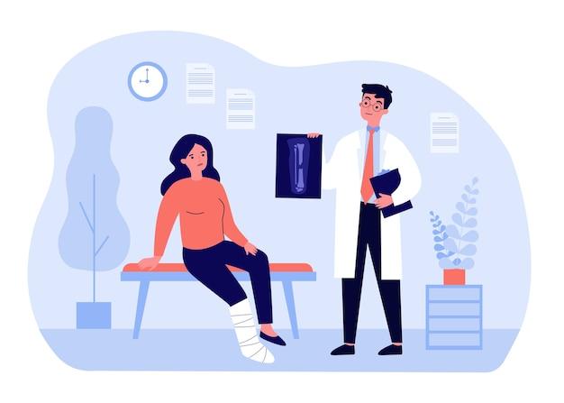 Doktor, der röntgenaufnahme der gebrochenen beinillustration hält. karikatur verletzte traurige frau, die mit besetzung im sprechzimmer des krankenhauses sitzt. behandlungs-, genesungs- und traumakonzept