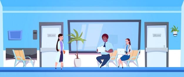 Doktor female, das dem mann und der frau im krankenhaus ergebnisse der diagnose und der prüfung gibt