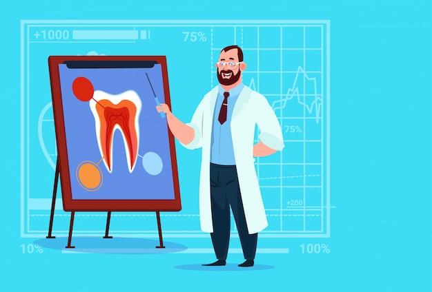 Doktor zahnarzt, der zahn an bord der medizinischen kliniken worker stomatology hospital betrachtet