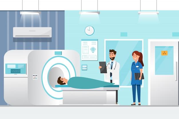 Doktorstellung und -mann, die sich für röntgenstrahl mit mri-scannermaschine hinlegen